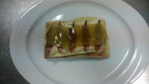 Tosta de queso brie, jamón de pato y mango