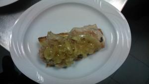 Tosta de solomillo, queso brie y cebolla caramelizada